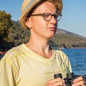 Henrik Kjellmo Larsen speider etter båter på Lesvos høsten 2015